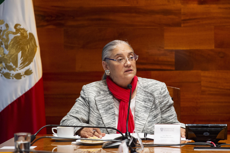 La licenciada Marcela Eternod hablando desde su lugar durante el evento