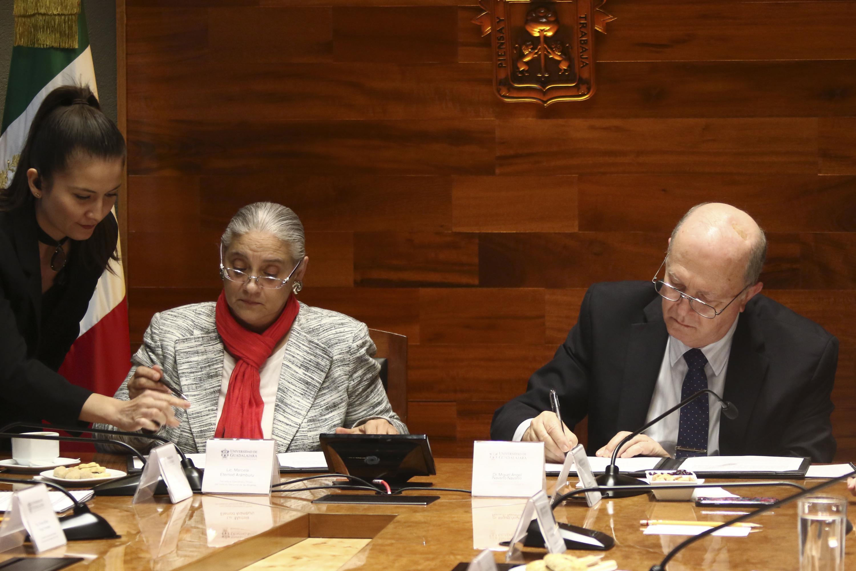 La titular de INMujeres y el Rector General  firmando el acuerdo