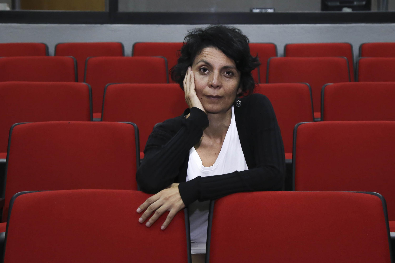 Kenya Marquez posa para la camara, esta sentada entre las butacas de una sala de cine