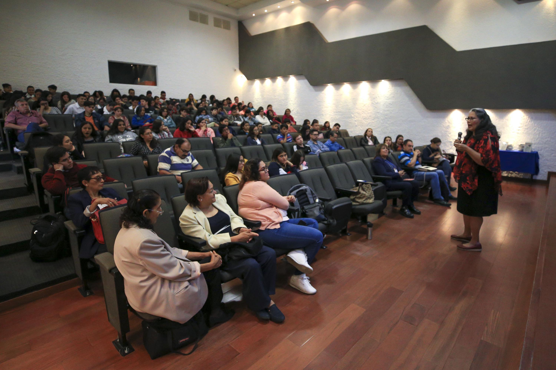 """Vista panorámica durante la conferencia """"Métodos anticonceptivos en la adolescencia"""", impartida en instalaciones del CUCS."""