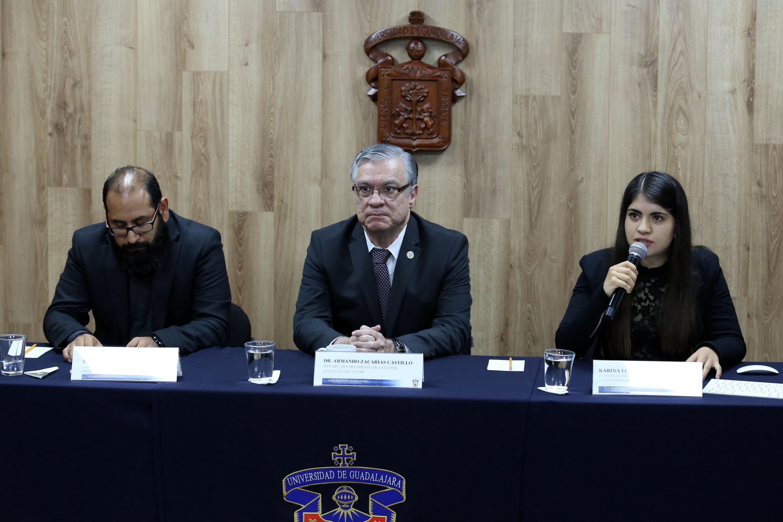 Coordinadora General de Logística de Contingente 4.0, estudiante Karina López Rizo, participando en rueda de prensa