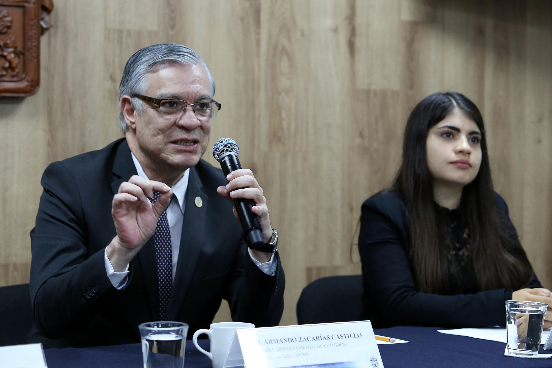 Jefe del Departamento de Estudios Políticos del CUCSH, doctor Armando Zacarías Castillo, haciendo uso de la palabra durante rueda de prensa