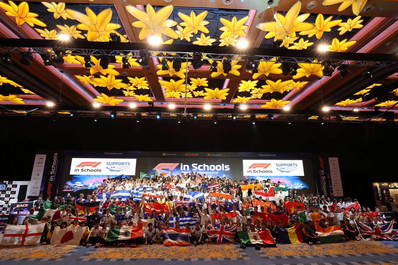 Fotografía grupal de todos los equipos que compitieron en la  la Gran Final Mundial del programa Fórmula 1 en Escuelas