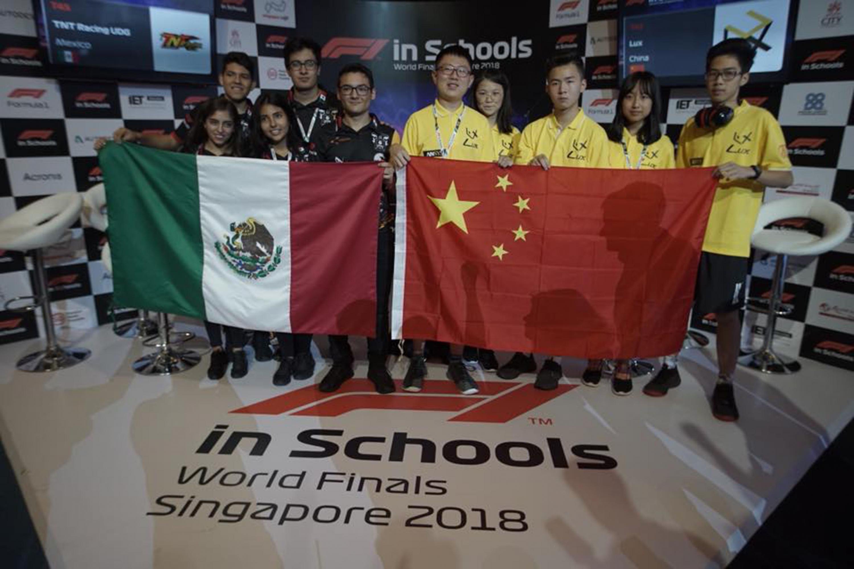 Los equipos de México y de China posan sosteniendo la bandera de sus paises