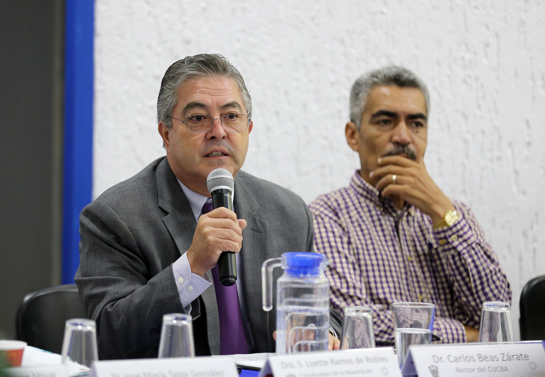 El rector del CUCBA habalndo al microfono durante la presentacion