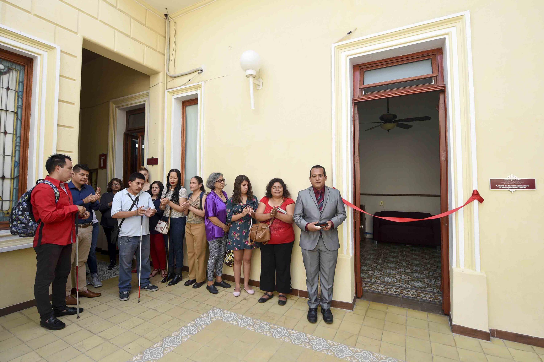 Momentos antes del corte del liston inaugural, los invitados esperan fuera del lugar