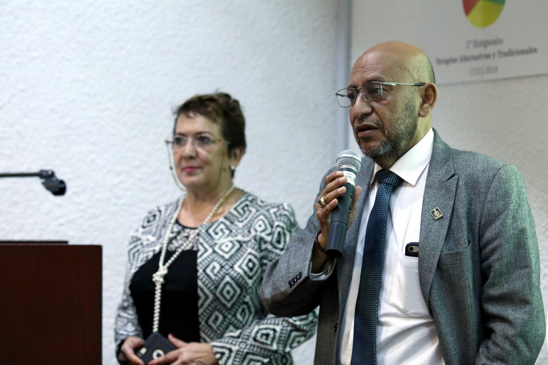 Ponente haciendo uso de la palabra durante el Primer Simposio de Terapias Alternativas y Tradicionales, en el CUCS
