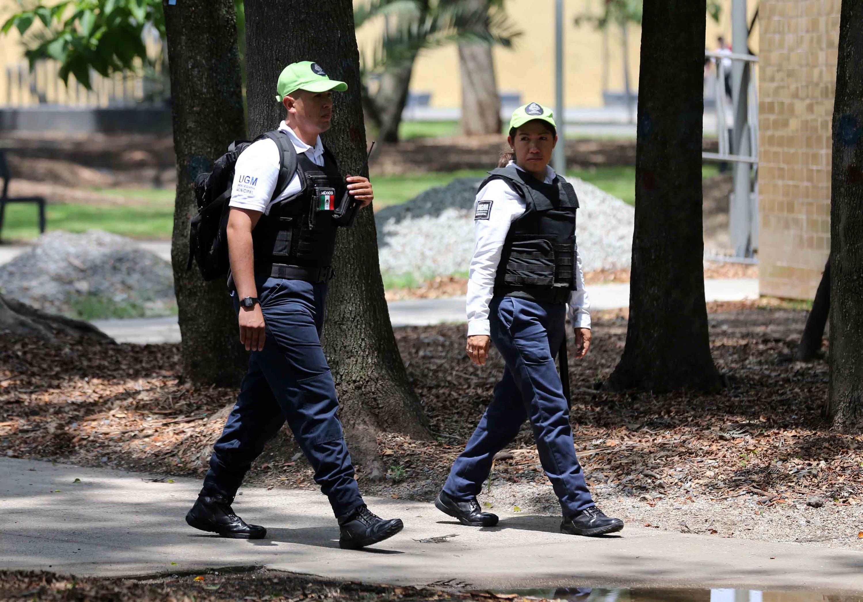 Policias caminado por las calles de Guadalajara