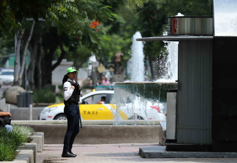 Policía mujer por las calles de Guadalajara