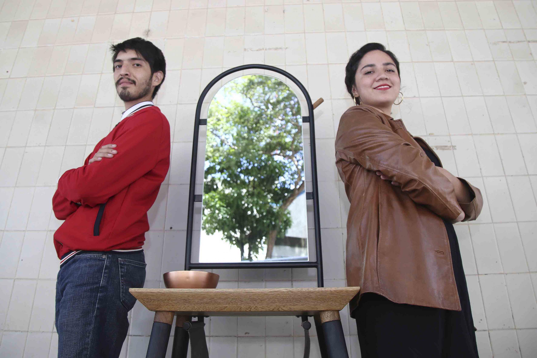 Diseño de mueble ganador del concurso nacional Dimueble; en medio de sus creadores.