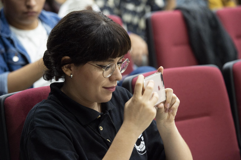Asistente al Congreso, videograbando el evento.