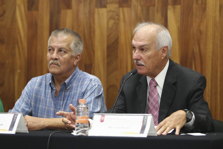 Dos de los presentadores  en la mesa de presidium