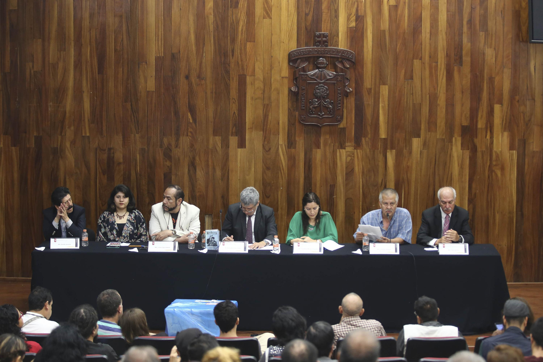 siete integrantes sentados en la mesa del presidium en el auditorio de CUCSH