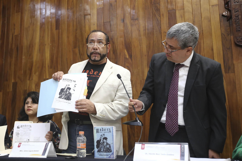 El exmilitante de la liga 23 de septiembre muestra al publico uno de los ejemplares