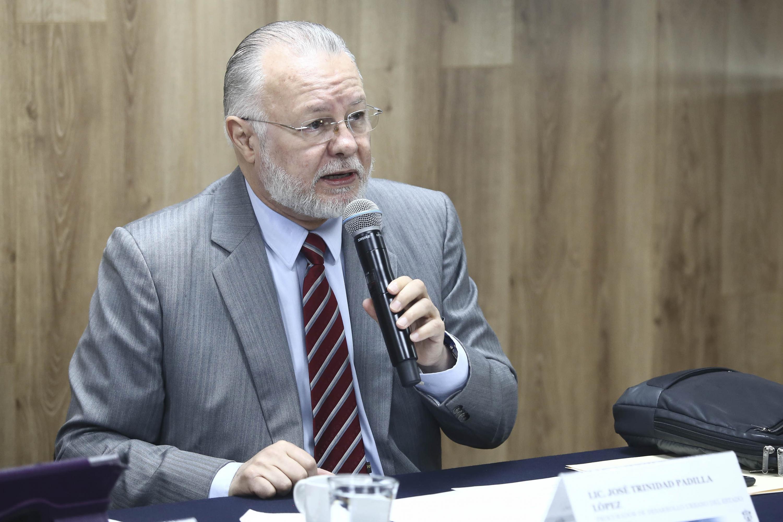 Titular de la Prodeur y exrector de la UdeG, licenciado José Trinidad Padilla López. haciendo uso de la palabra durante rueda de prensa