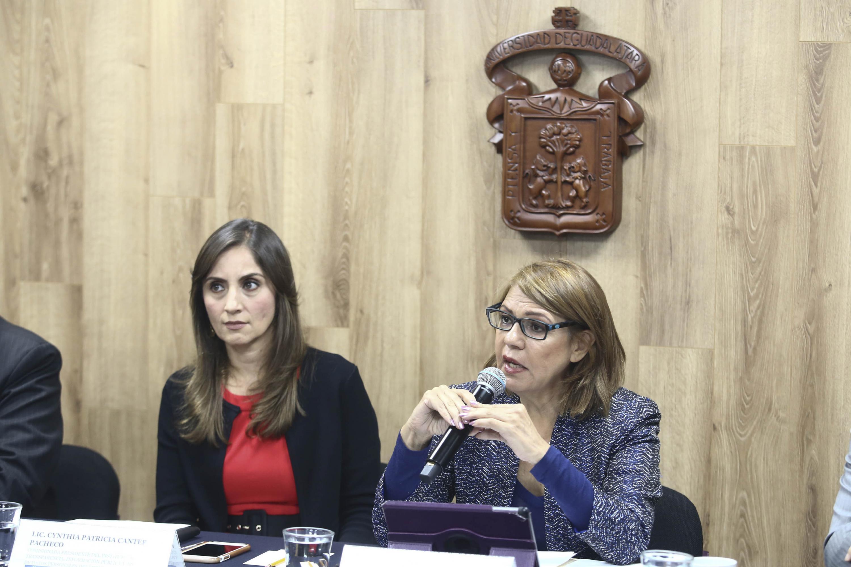 Rectora de UDGVirtual, doctora María Esther Avelar Álvarez, hablando frente al micrófono durante rueda de prensa