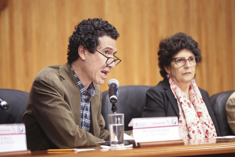 Doctor Luis Vicente de Aguinaga, académico del Departamento de Lenguas de la UdeG, haciendo uso de la palabra