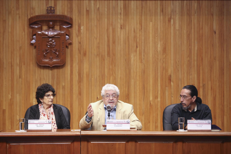 Maestro Felipe Garrido, Director Adjunto de la Academia Mexicana de la Lengua, haciendo uso de la palabra durante la ceremonia