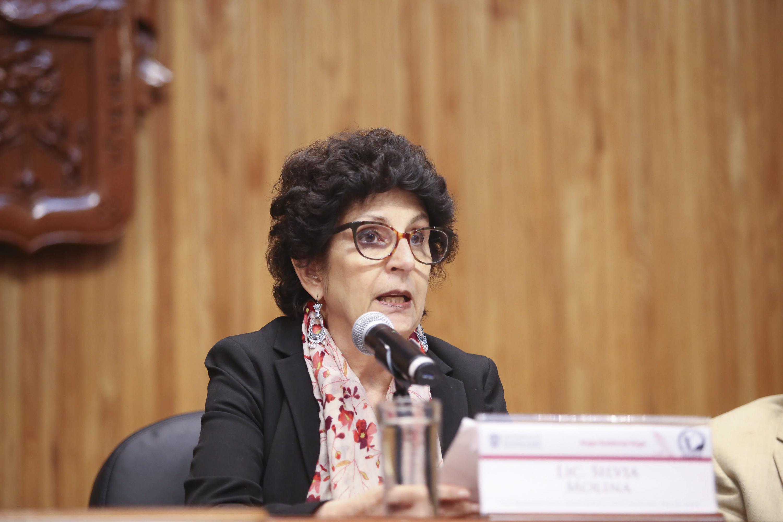 Presidenta del Seminario de Cultura Mexicana, Silvia Molina, hablando frente al micrófono durante la ceremonia de homenaje a Hugo Gutierrez Vega
