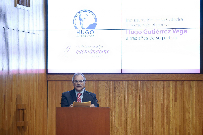 Ponente haciendo uso de la palabra durante la ceremonia de homenaje a Hugo Gutierrez Vega