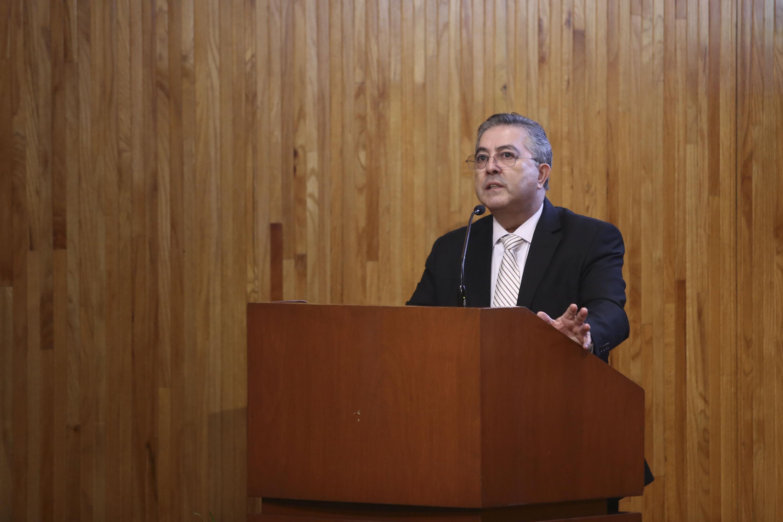 El Rector del CUCBA hablando al microfono desde el podio del paraninfo