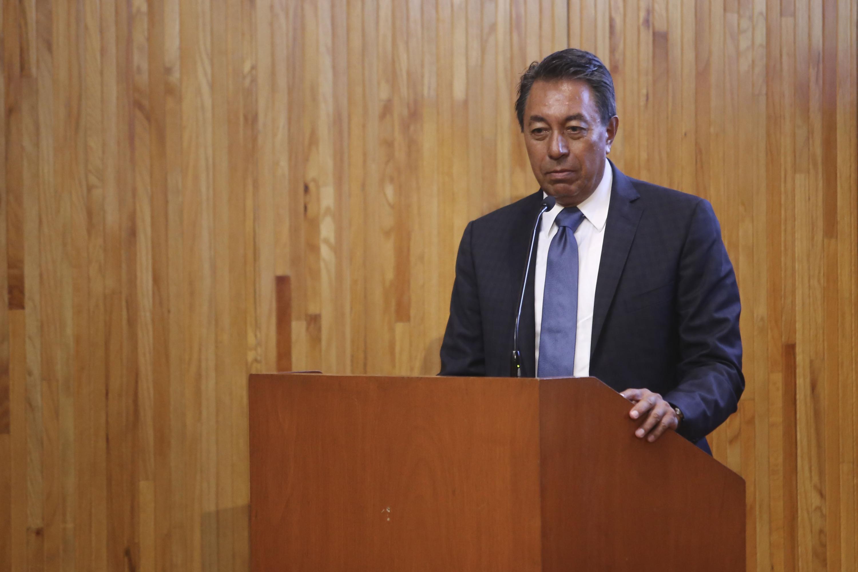 ingeniero Héctor Padilla Gutiérrez hablando desde el podio del paraninfo