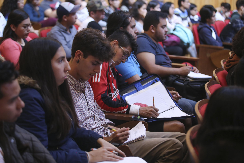 Alumnos del CUCBA tomando notas en la conferencia