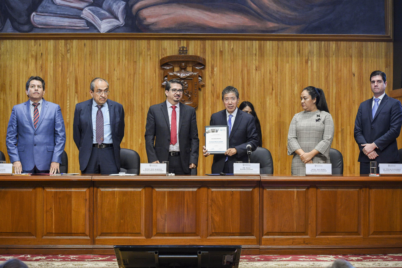 Coordinador de Posgrados, de la Facultad de Turismo y Gastronomía de la Universidad Anáhuac México Norte, doctor René Rivera Lozano, recibiendo un reconocimiento