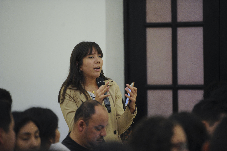 Una mujer del publico habla al microfono durante la sesion de preguntas