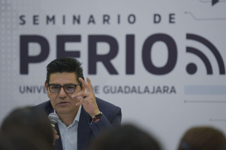 Alejandro Almazan en la mesa de presentacion con la leyenda Seminario de Periodismo