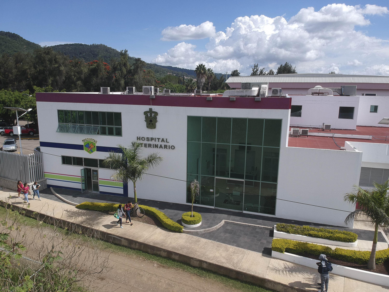 Fachada del Hospital Veterinario de Pequeñas y Grandes Especies del Centro Universitario del Sur (CUSur),