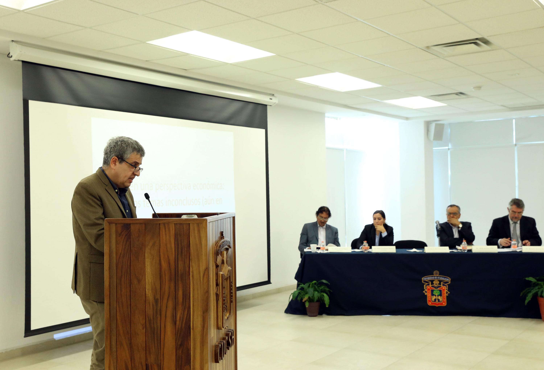 el Rector del CUCSH hablando desde el podium del Salon