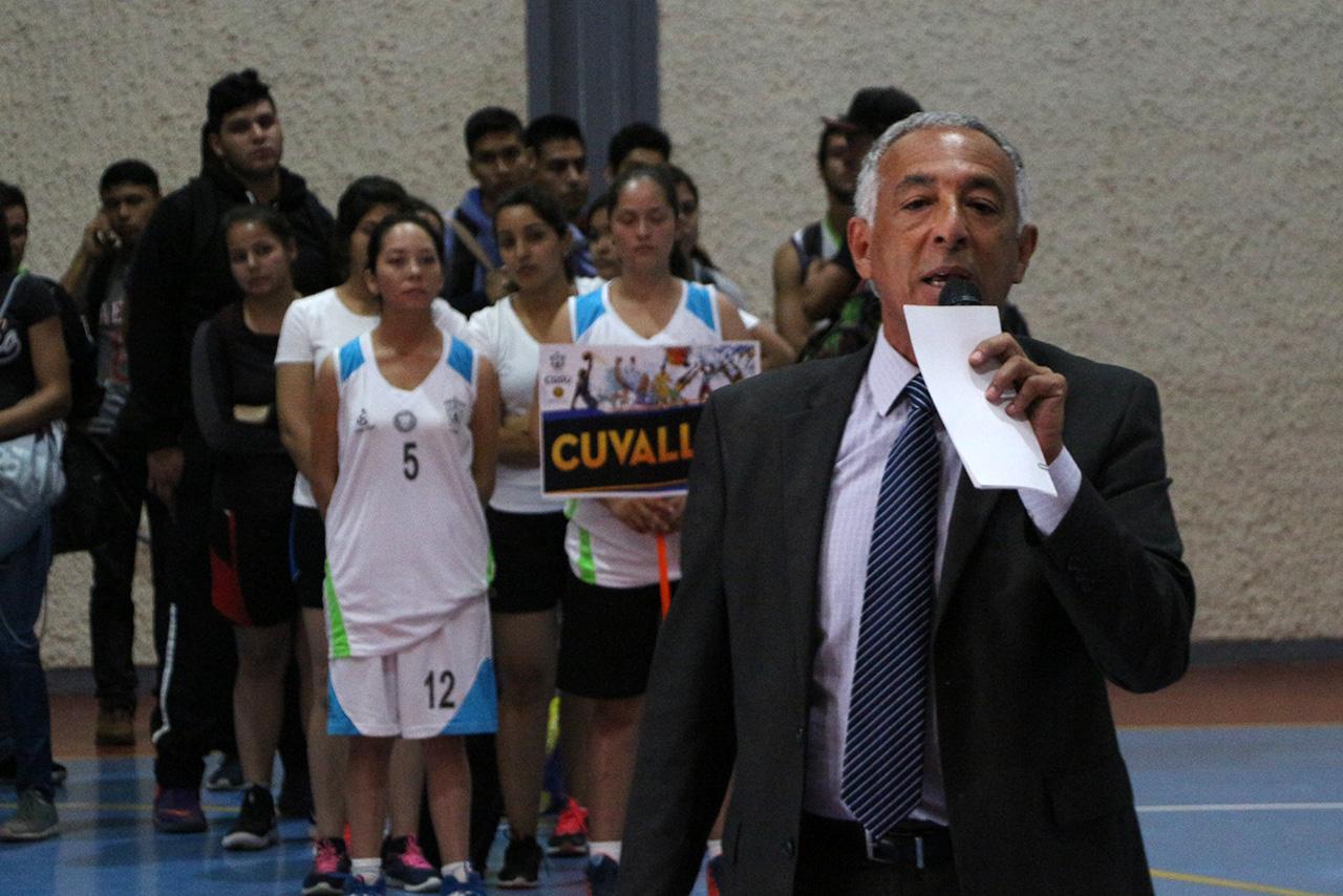 el Rector del CUSur hablando a todos los deportistas y publico presente