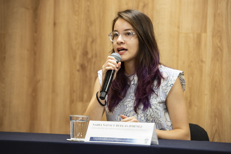 Nadia Nataly Ruelas jImenez haciendo uso de la palabra durante rueda de prensa