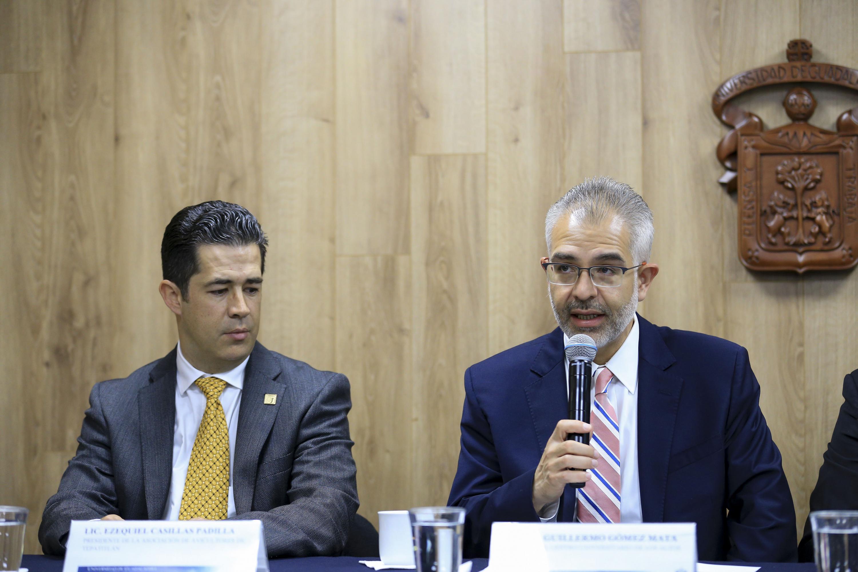 Dr. Ezequiel Padilla y el maestro Guillermo Gómez Mata sentados en la mesa de presentacion