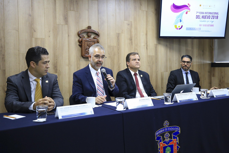 El maestro Guillermo Gómez Mata habla al microfono de las actividades de la Feria del Huevo