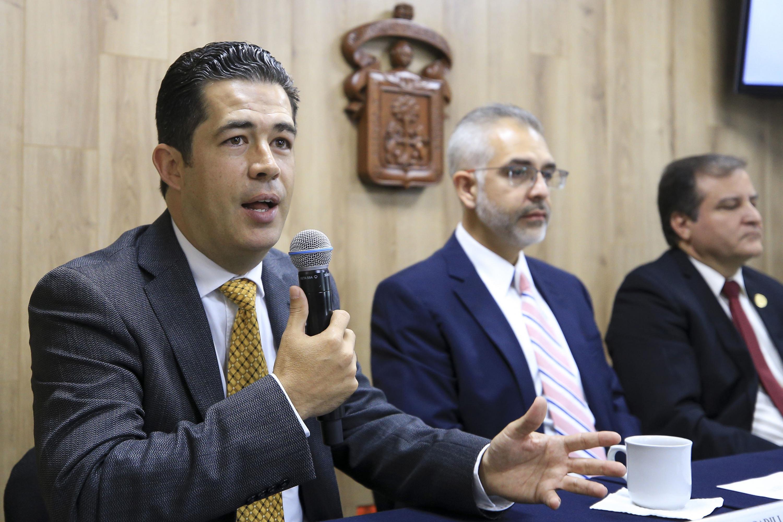 Dr. Ezequiel Padilla hablando al microfono sobre el evento de CUALTOS