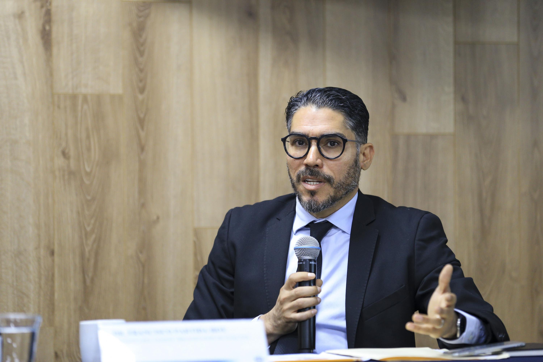 Francisco Partida hablando desde la mesa de presidium