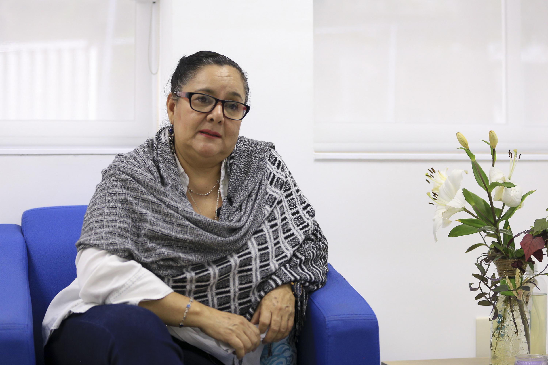 La doctora María Guadalupe Covarrubias sentada en un sillon durante la entrevista