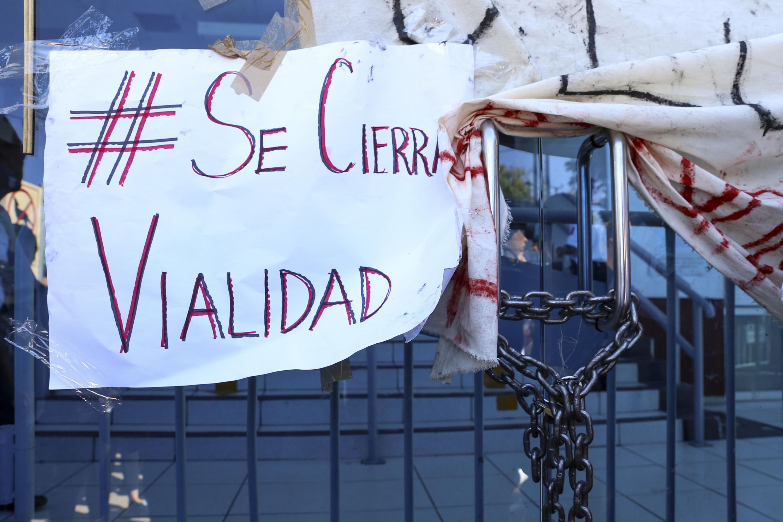 Se colocaron cadenas en la puerta de entrada de SEMOV para representar su protesta