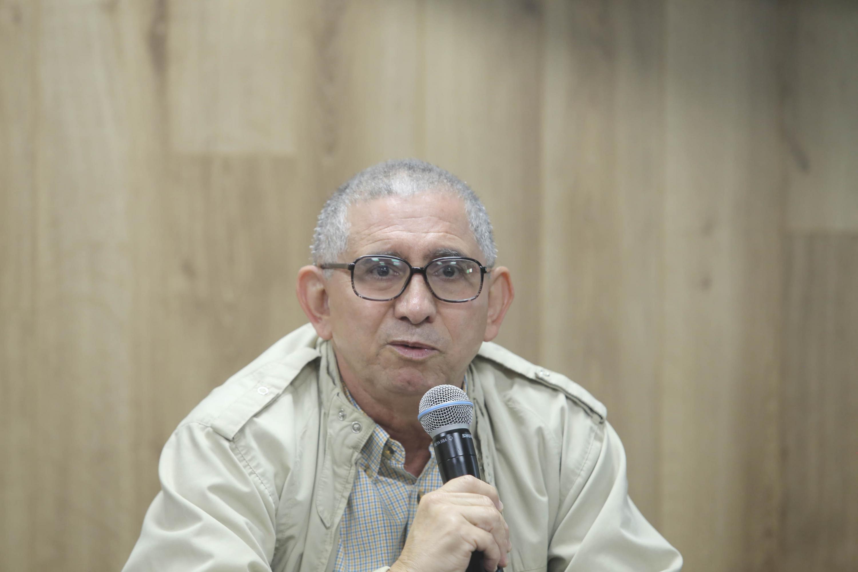 El maestro Alberto Ríos hablando al microfono