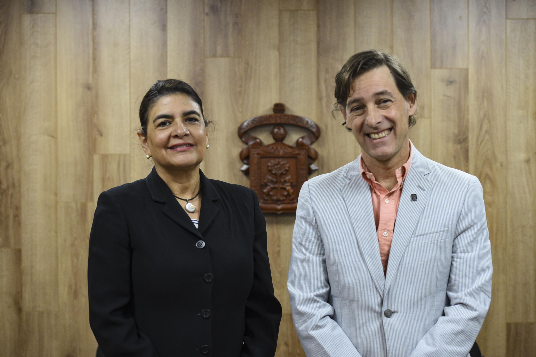 La doctora Celina Becerra y el doctor Robert Curley posaron para una foto al termino de la rueda de prensa