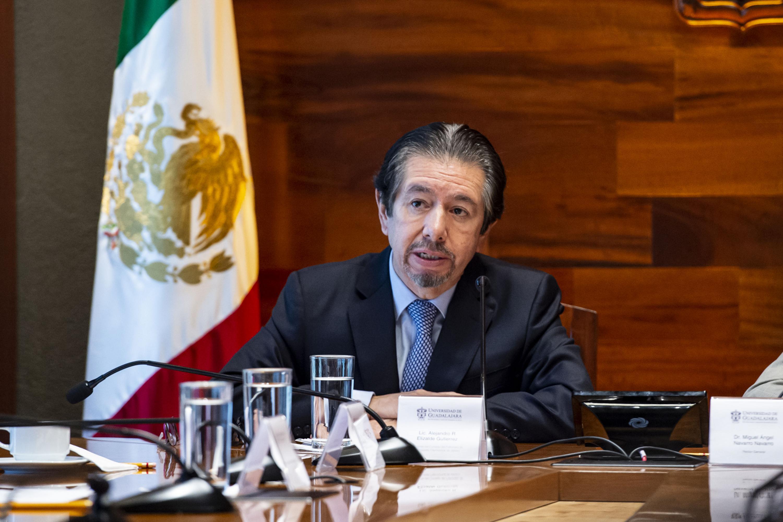 Licenciado Alejandro R. Elizalde Gutiérrez, Presidente del Consejo del Patronato de la Orquesta Filarmónica de Jalisco, firmando el convenio durante la ceremonia
