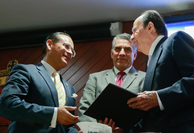 El Dr. Salvador González Cornejo recibe de manos del doctor Héctor Raúl Pérez Gómez