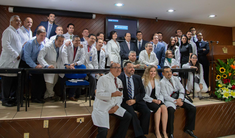 Fotografía grupal al termino del homenaje con autoridades e integrantes del Servicio de Neurocirugía