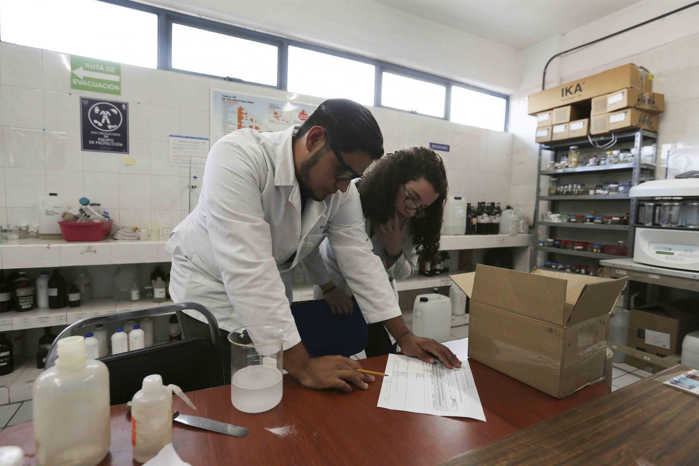 Investigadores del Centro Universitario de Ciencias Exactas e Ingenierías en su laboratorio trabajando