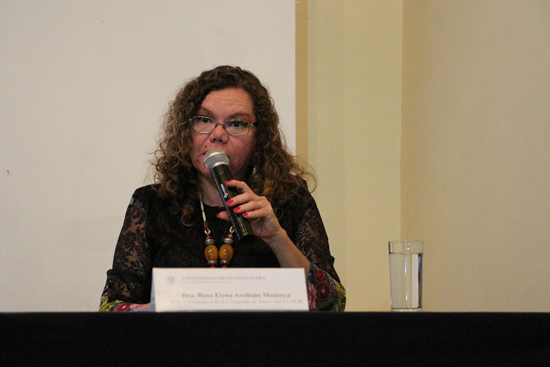 Doctora Rosa Elena Arellano Montoya, fundadora de la Compañía de Teatro del CUSur, haciendo uso de la palabra