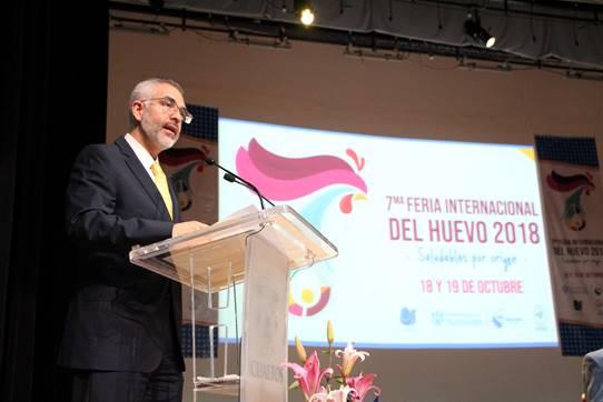 El Rector del CUAltos, Mtro. Guillermo Arturo Gómez Mata hablando desde el podium al microfono