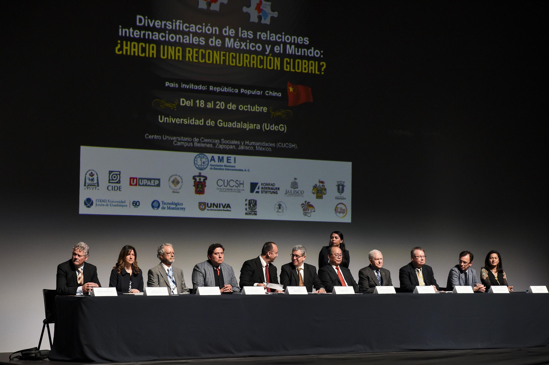 Mesa de presidium del evento con 12 personas incluido el rector del CUCSH