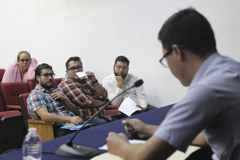 Vista desde la mesa de presentacion hacia el publico presente en el anuncio